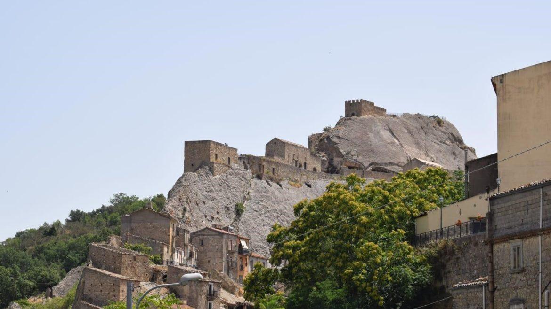 Dissesto idrogeologico: Sperlinga, affidata la progettazione per consolidare la rupe del castello