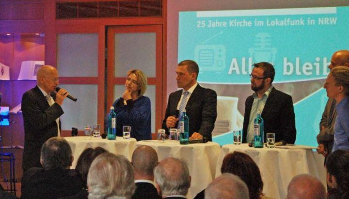 Dr. Jürgen Brautmeier (l.) erläuterte in der Talkrunde, dass ein verstärktes Engagement im Social Media Bereich zusätzliche Fachkompetenz benötige. Die anderen Podiumsteilnehmer (v.l.n.r.) waren Birgit Pottler-Calabria (Unternehmensberaterin), Marc Weiß (radio NRW), Thorsten Kabitz (Konferenz der Chefredakteure der NRW Lokalradios), Professor Dr. Christian Grethlein (Praktische Theologie) und Daniel Gewand (Bistum Münster).
