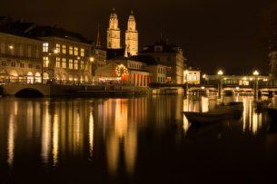 Grossmünster Zürich im Spiegelbild der Limmat