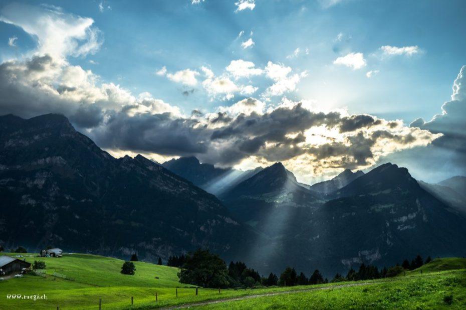 Sonnenstrahlen über dem Glarnerland