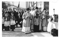 Pfarrherren mit Ministranten