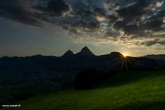 Erste Sonnenstrahlen hinter den Mythen