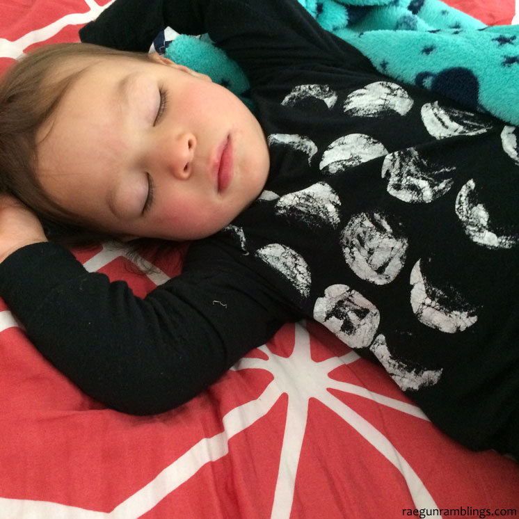 LOVE this cute phases of the moon shirt for little boys. Great 30 minute DIY tutorial. Also based on Eric Carle's Papa, Please Get the Moon for Me book.