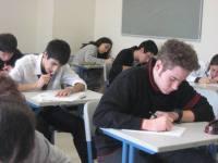 Gente haciendo un examen
