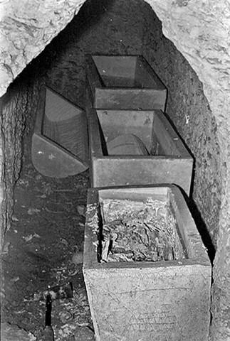 1981 photo of Jonah Ossuary inside Talpiot Tomb.