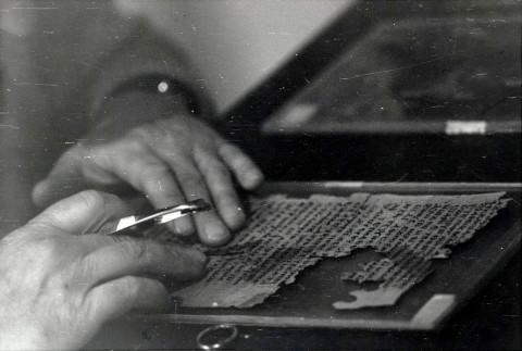 James Robinson zkoumá a restauruje kodex z Nag Hammádí