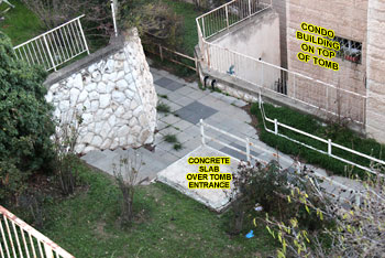 Vstup do druhé Talpiot (Talpiyot) hrobky je zakryt betonovou deskou. Bytový komplex je vidět v pozadí.