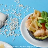 Insalata di pasta fredda con gamberi e avocado