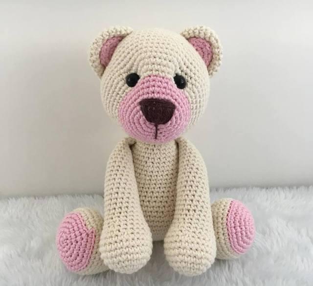 Ursinho amigurumi com detalhes rosa
