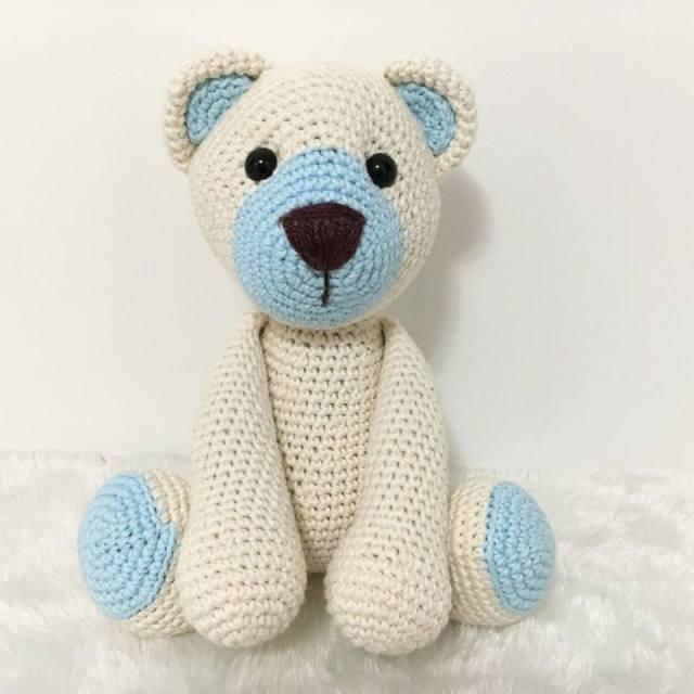 Ursinho amigurumi com detalhes azuis