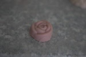 Tässä käytin ruusuntuoksua. Tuli 15 kpl, joista kaksi eri massalla ja tuoksulla.