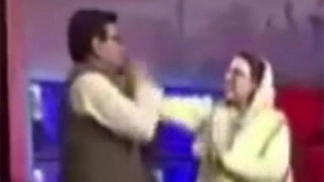 Pakistan'da canlı yayın karıştı: Eski bakandan milletvekiline tokat