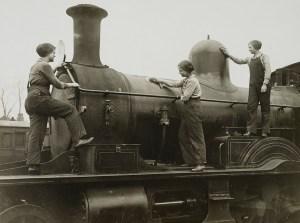 Women locomotive cleaners at work in World War 1.