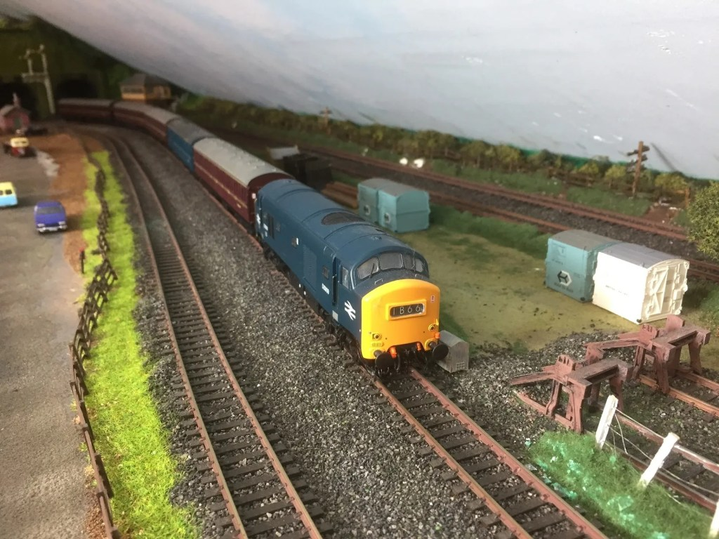 Baby Deltic D5909 works outer suburban train with BR non-corridor stock