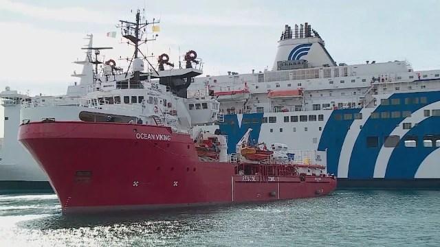 Migranti, Ocean Viking nel porto di Augusta. A bordo 373 persone, molti i  minori soli - Photogallery - Rai News