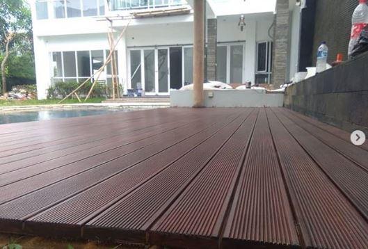 contoh pemasangan decking kayu Ulin