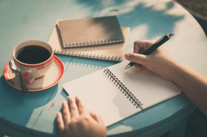ecriture livre cafe main exterieur