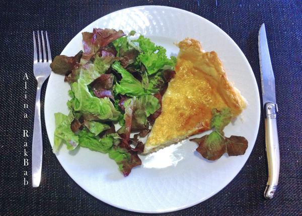 plat dressé quiche salade laitue couvert fourchette couteau