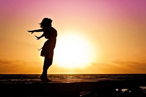 Pranayama - respiration au yoga ombre de femme coucher de soleil paix sérénité de l'esprit