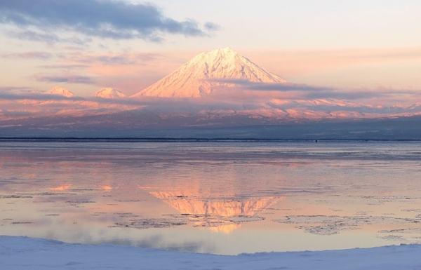 Glace et feu, volcan avec un manteau de neige