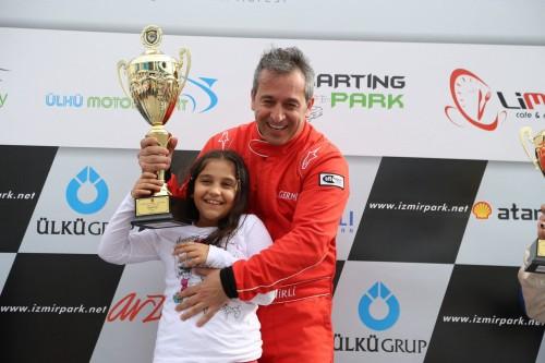 Ayhan Germirli, kupayı kızı Derel ile birlikte aldı
