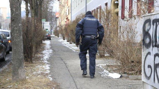 ABD0024_20170126 - GRAZ - …STERREICH: ZU APA0061 VOM 26.1.2017 - Die Polizei hat Donnerstag frŸh, 26. JŠnner 2017 in mehreren BundeslŠndern Anti-TerroreinsŠtze durchgefŸhrt. Im Bild: Ein Polizeibeamter  im Bereich KlavariengŸrtel im Bezirk Lend in Graz. - FOTO: APA/ERWIN SCHERIAU