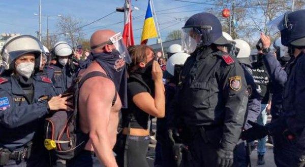 """فيينا – بالفيديو والصور اشتباكات بين الشرطة ومتظاهرين ضد """"إجراءات كورونا"""""""