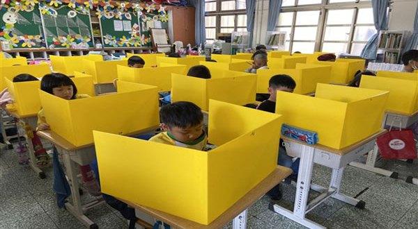 مدارس تستخدم حوافظ مغناطيسية للهواتف خرج الفصل حفاظاً على وقت الطلاب