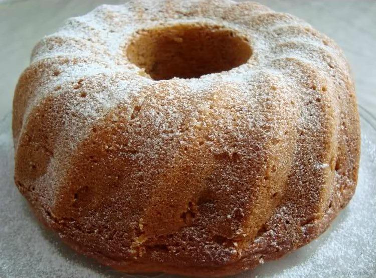 Yoghurtcake met appel en rozijnen