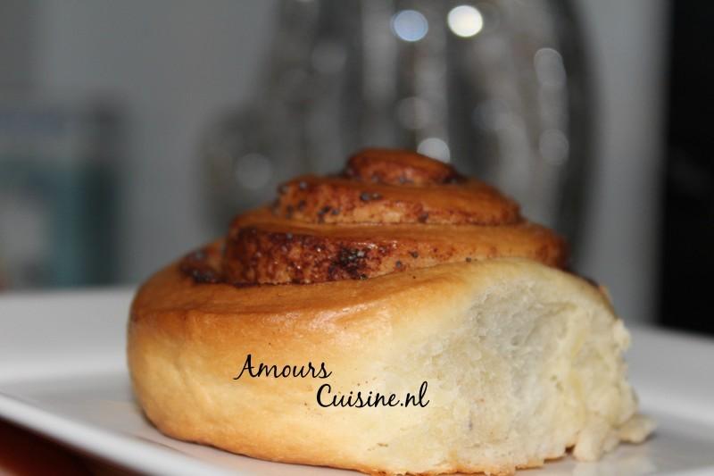 Cinnamon rolls met maanzaad