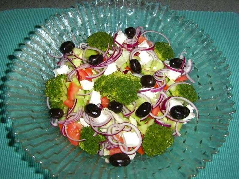 Gemengde salade met broccoli en feta
