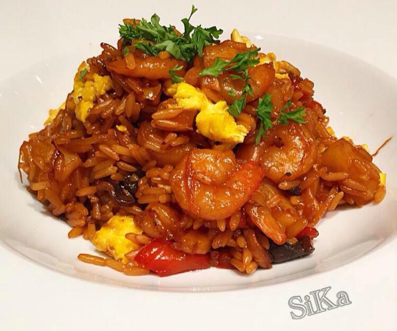 Gebakken rijst met groente en gamba's