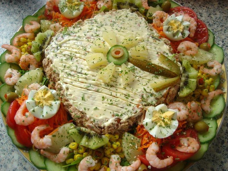 Saladetaart van aardappelen en garnalen