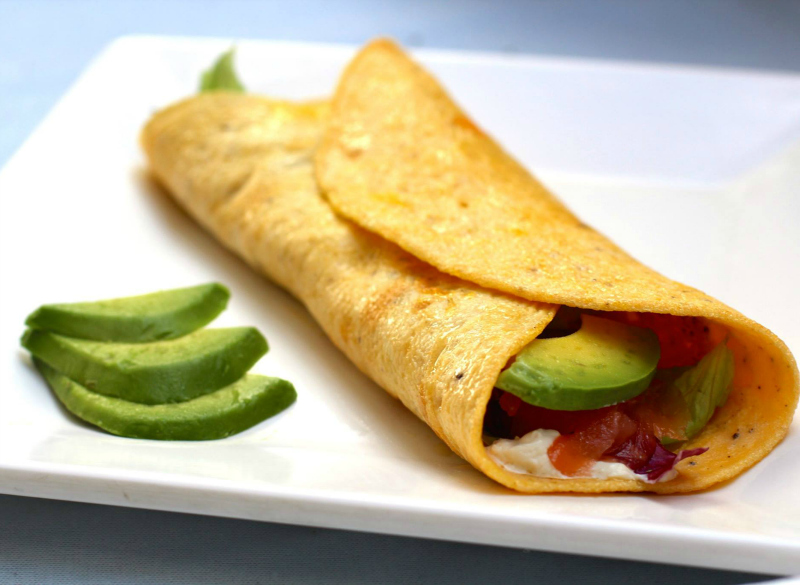 Egg wraps met zalm en avocado