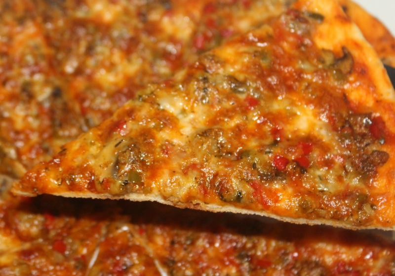 Pizza met gehakt, paprika en champignons