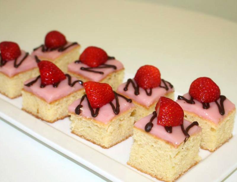Luchtige cake met aardbeienpudding