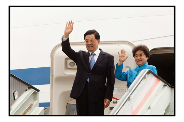 El presidente de China, Hu Jinatao y su esposa, Liu Yongging, saluda desde el avión. Foto Ramón de la Rocha