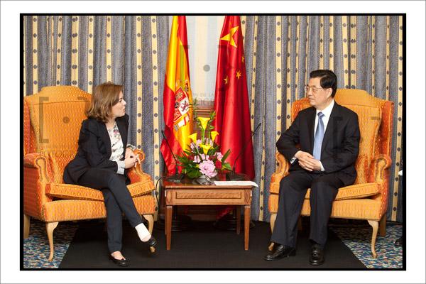 Soraya Sáenz de Santamaría y Hu Jintao durante el encuentro de trabajo. Foto Ramón de la Rocha