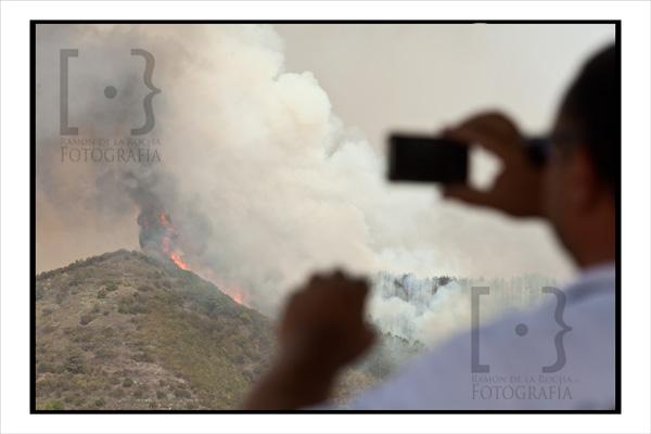 Un hombre toma una fotografía del incendio en Erjos