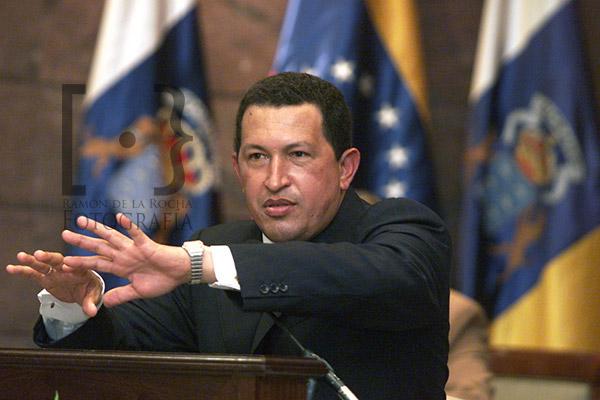 El fallecido presidente de Venezuela, Hugo Chávez, durante su discurso en el Parlamento de Canarias con motivo de su visita a Canarias en febrero del año 2000