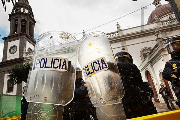 Un huevo impacta en los escudos de la policía nacional que protegía La Catedral de La Laguna en Tenerife, mientras el ministro de Cultura, Educación y Deportes, José Ignacio Wert inauguraba su reapertura