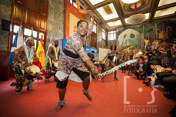 Danzarines senegaleses, componentes del grupo Santa Yala, interpretan el baile Domba en el Cabildo de Tenerife
