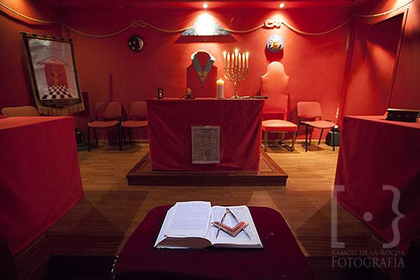 Taller en rojo (rito escocés antiguo y aceptado), decorado para iniciar los trabajos en el grado de aprendiz. © Ramón de la Rocha