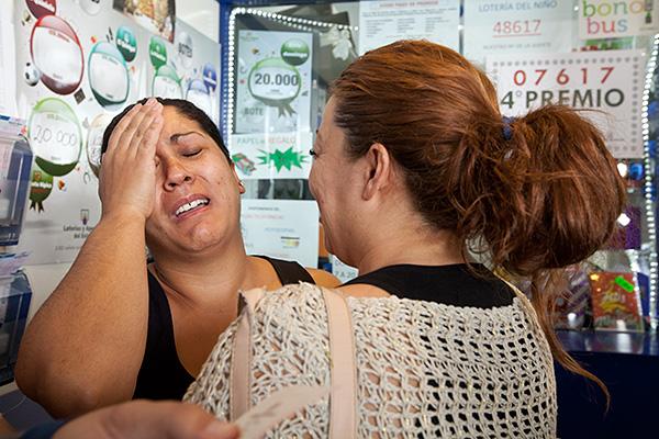 Sara llora de alegría al saber que tiene un décimo con el cuarto premio de la Lotería de Navidad