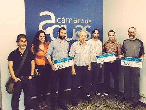 El presidente de la Cámara Insular de Aguas de Tenerife, Felipe González, junto a los ganadores del concurso y miembros del jurado.