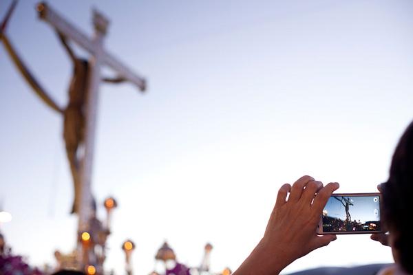 Una mujer toma una fotografía del Cristo de La Laguna © Ramón de la Rocha