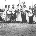 Vrouwen uit de Noord-Jordaan op de Cruquiuskade. Links Kee Spek. WikiCommons. Uploaded by Aiko (Het aardappeloproer van 1917)