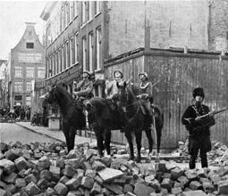 Hoek Palmdwarsstraat Palmstraat. Gezien richting Palmgracht, hoek Driehoekstraat Foto: Het Leven, 10 juli 1934. Collectie Jordaanmuseum. (Too Less to Live Too Much to Die)