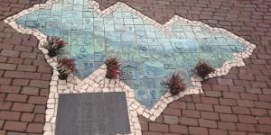 Wanneer ik iets afdaal in de haven zie ik het monumentje voor de ramp waarover ik al had gelezen. door Noor Juffermans Veldwerk rapport cafébrand Volendam 2001)