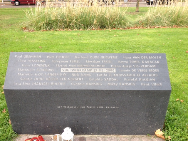 Dit herdenkingspark heet 'Lasonderbleek' en hier bevindt zich onder andere een gedenksteen door Marleen Veninga (Veldwerk Vuurwerkramp in Enschede)